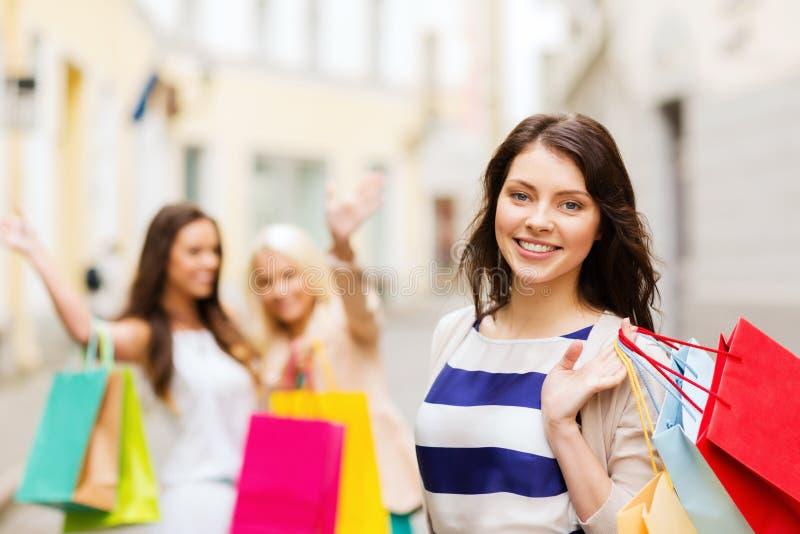 Ragazze con i sacchetti della spesa in ctiy immagine stock