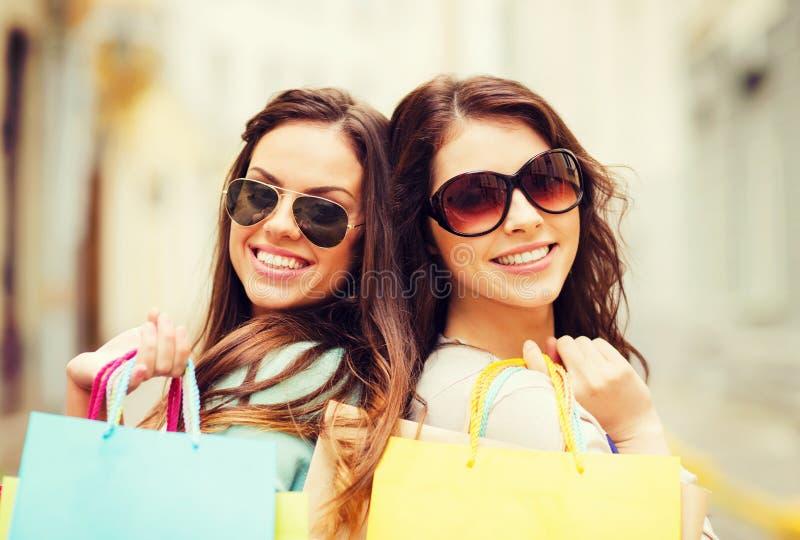 Ragazze con i sacchetti della spesa in ctiy immagine stock libera da diritti