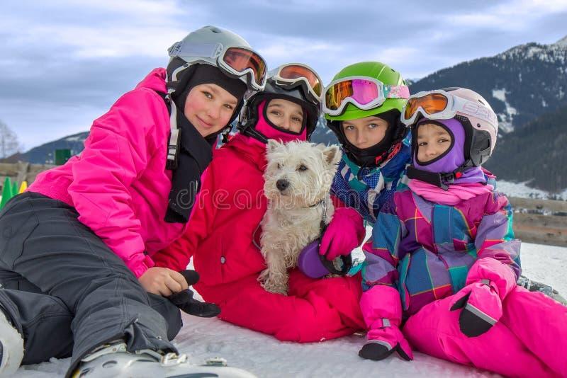 Ragazze con il cane sulla montagna fotografia stock