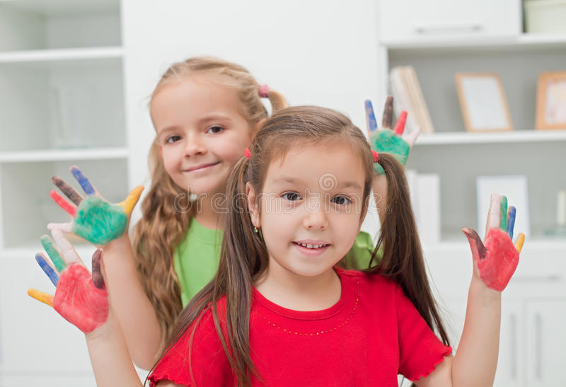 Ragazze con le mani colorate immagini stock