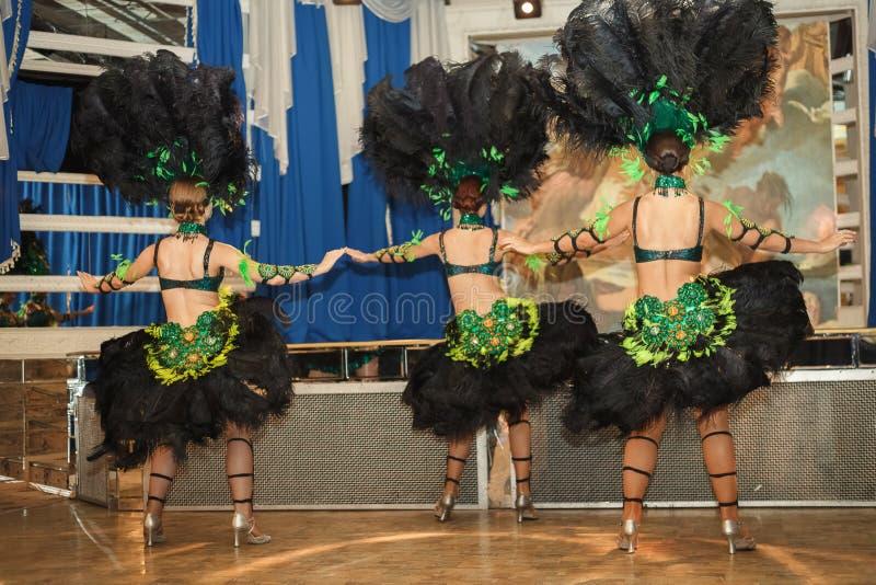 Ragazze in costume al carnevale a Rio Gli attori eseguono sulla fase fotografie stock libere da diritti