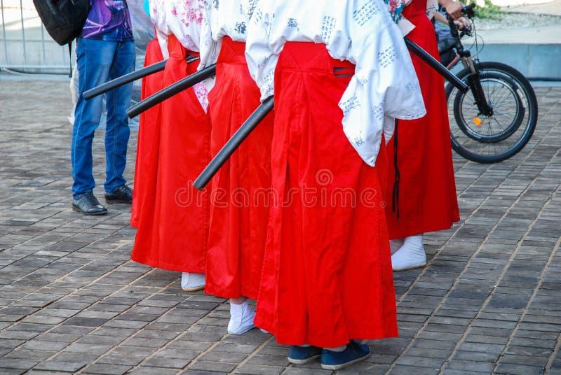 Ragazze in costumi rossi del samurai al festival fotografie stock