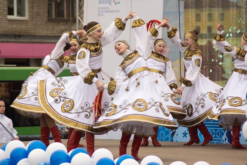 Ragazze in costumi russi nazionali che ballano in scena immagini stock libere da diritti