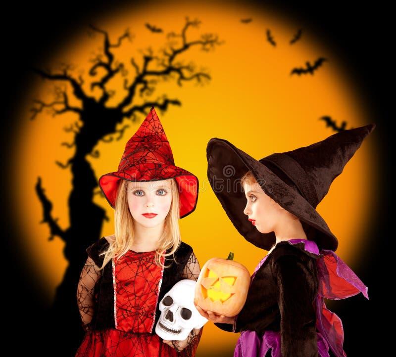 Ragazze dei bambini di Halloween con l'albero ed i blocchi fotografia stock