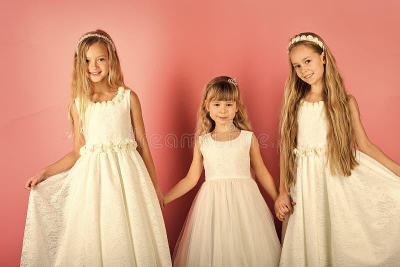 Ragazze dei bambini in vestito, famiglia, sorelle Bambine in vestito alla moda, promenade Modo e bellezza, piccola principessa fotografie stock