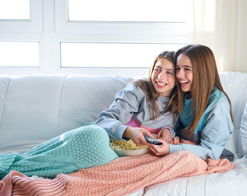 Ragazze del migliore amico che guardano sorveglianza delle ragazze del migliore amico del cinema della TV fotografia stock