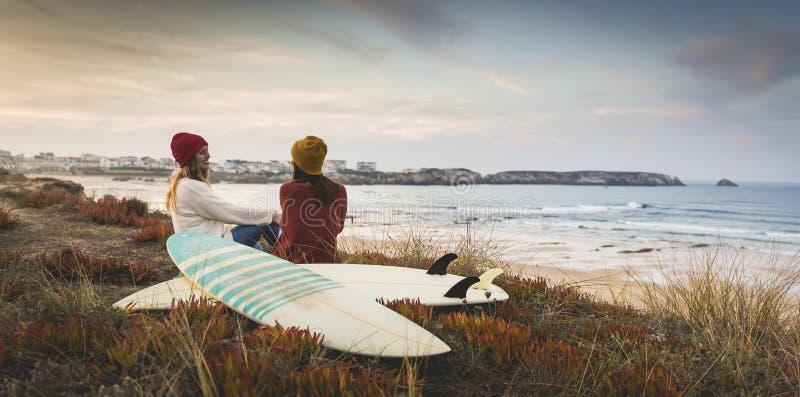 Ragazze del surfista alla spiaggia immagini stock libere da diritti