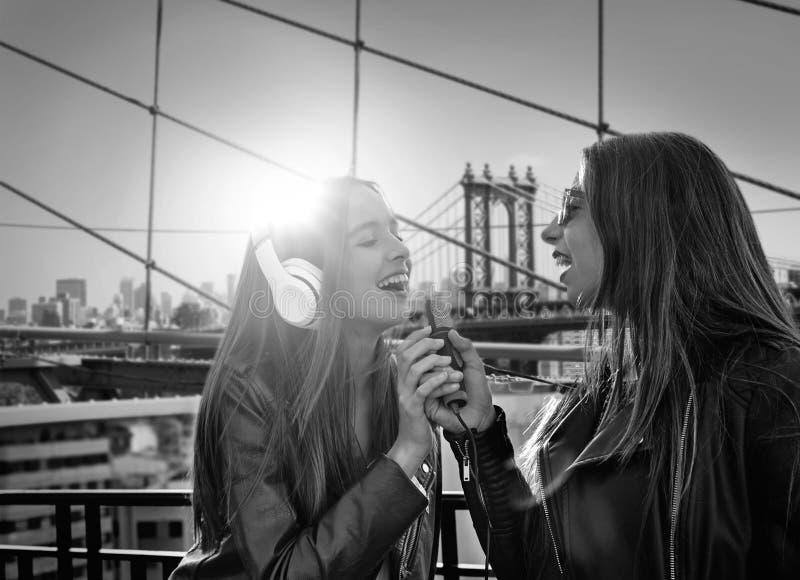 Ragazze della banda delle ragazze che cantano nel photomount di New York immagine stock