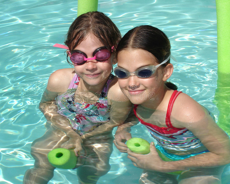 Ragazze della piscina fotografie stock