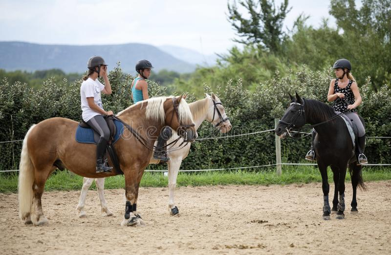 Ragazze e cavalli di guida immagini stock