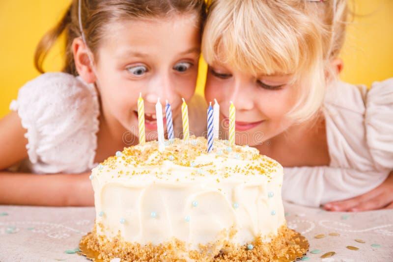 Ragazze eccitate dalla torta di compleanno Conce di celebrazione della festa di compleanno fotografie stock