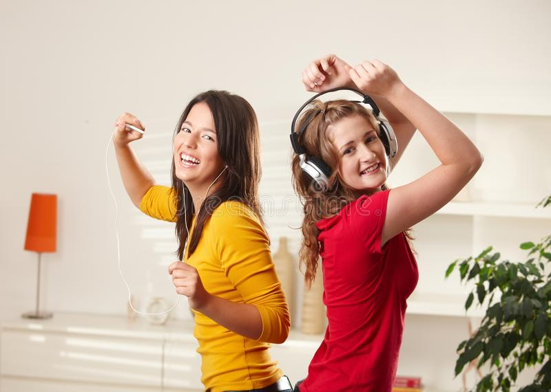 Ragazze felici che ballano alla musica fotografia stock
