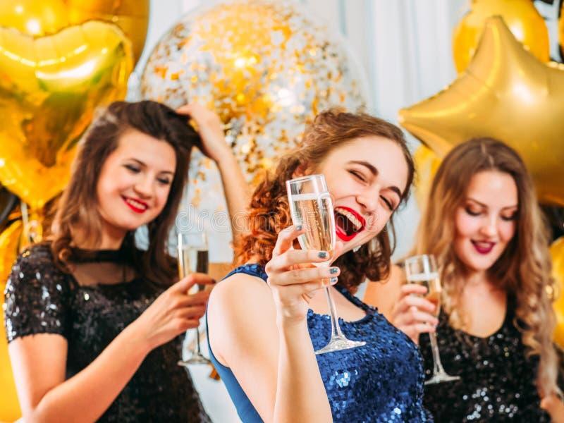 Ragazze felici di celebrazione di giorno speciale dell'addio al nubilato immagini stock libere da diritti