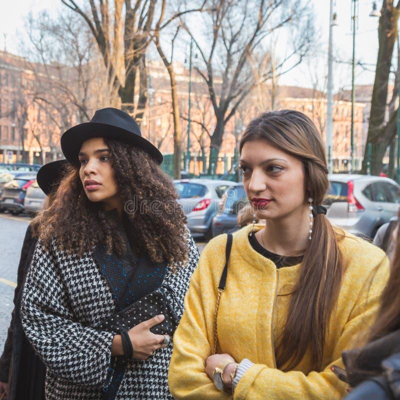 Ragazze fuori della costruzione della sfilata di moda di for Fuori piani di costruzione