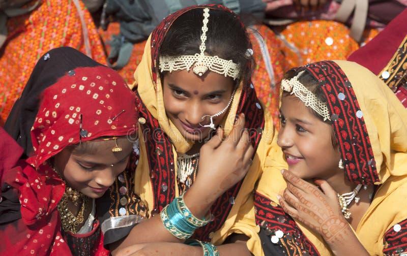 Ragazze indiane in abbigliamento etnico variopinto immagine stock libera da diritti