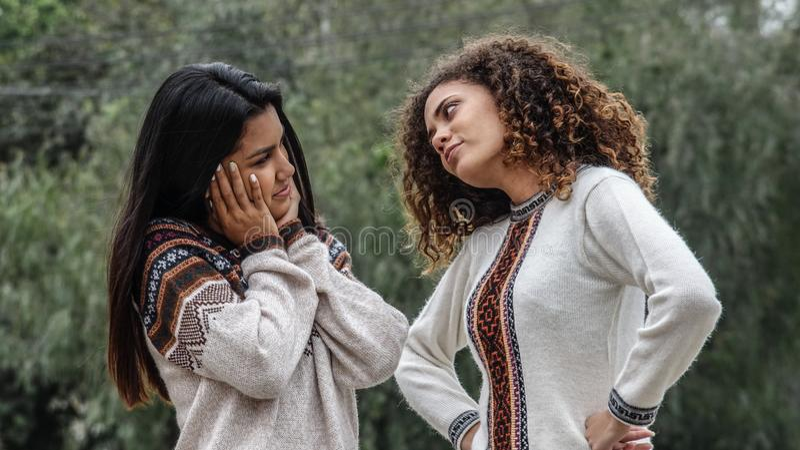 Ragazze ispane teenager di ribaltamento deludente fotografia stock