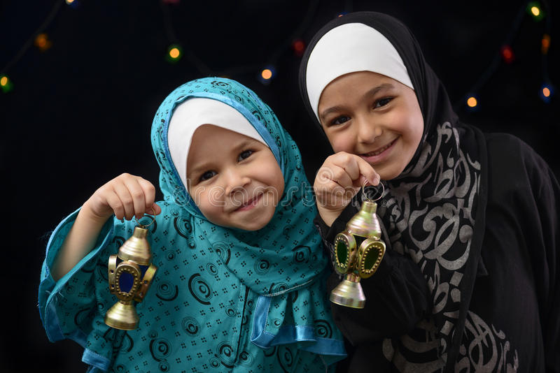 Ragazze musulmane felici con Ramadan Lantern fotografia stock