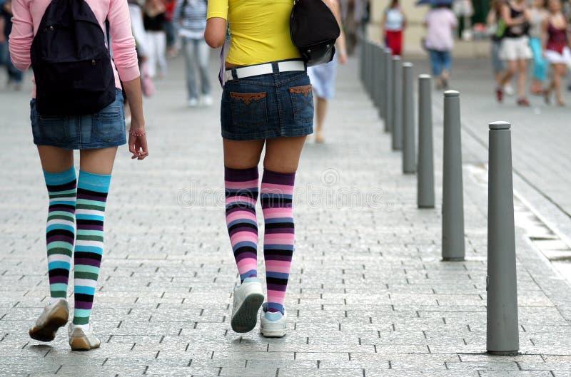 Ragazze nei calzini del ginocchio fotografie stock libere da diritti