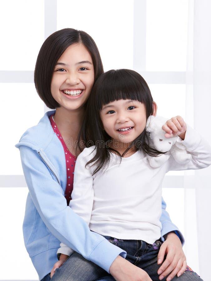 Download Ragazze sorridenti immagine stock. Immagine di cute, bambini - 7320029