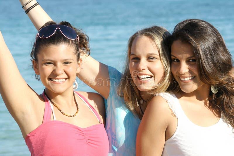 Ragazze sorridenti felici di vacanza immagini stock