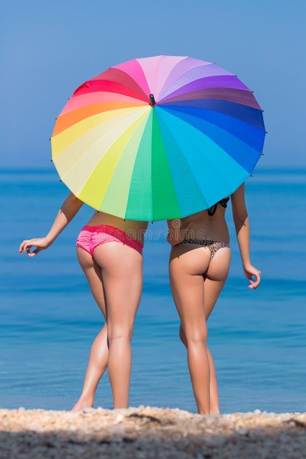 Ragazze sotto l'ombrello dell'arcobaleno immagini stock libere da diritti