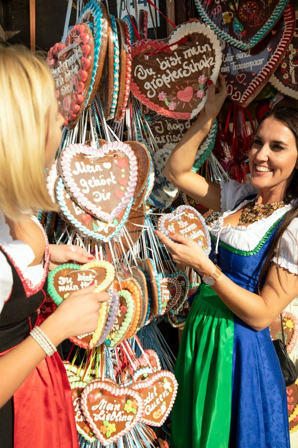 Ragazze su minerale metallifero più oktoberfest springfestival fotografie stock libere da diritti