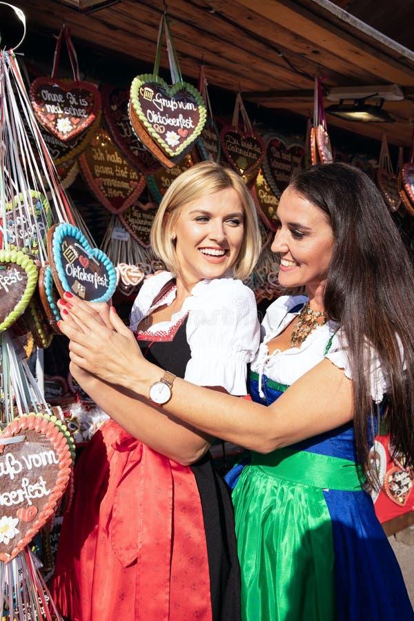 Ragazze su minerale metallifero più oktoberfest springfestival immagine stock