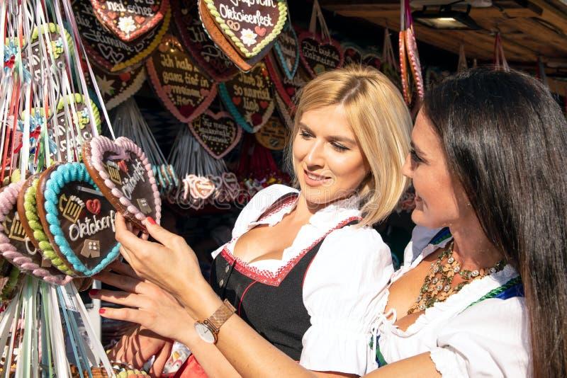 Ragazze su minerale metallifero più oktoberfest springfestival immagini stock