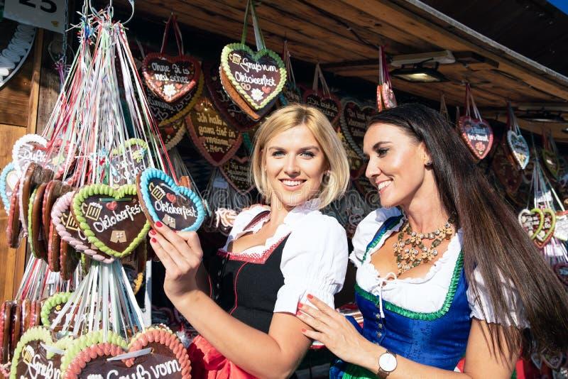 Ragazze su minerale metallifero più oktoberfest springfestival immagine stock libera da diritti