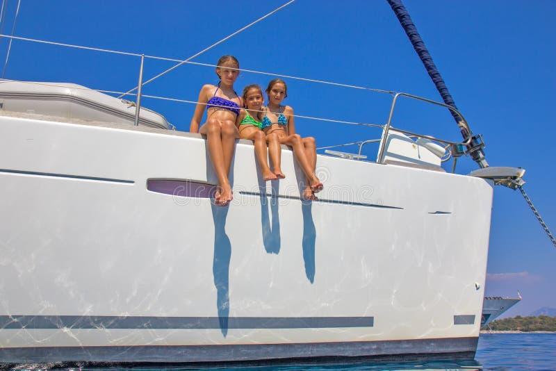 Ragazze sulla barca a vela fotografia stock libera da diritti
