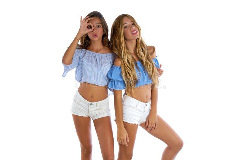Ragazze teenager dei migliori amici felici insieme fotografia stock