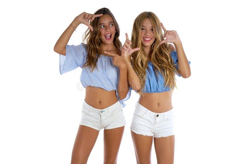 Ragazze teenager dei migliori amici felici insieme immagini stock