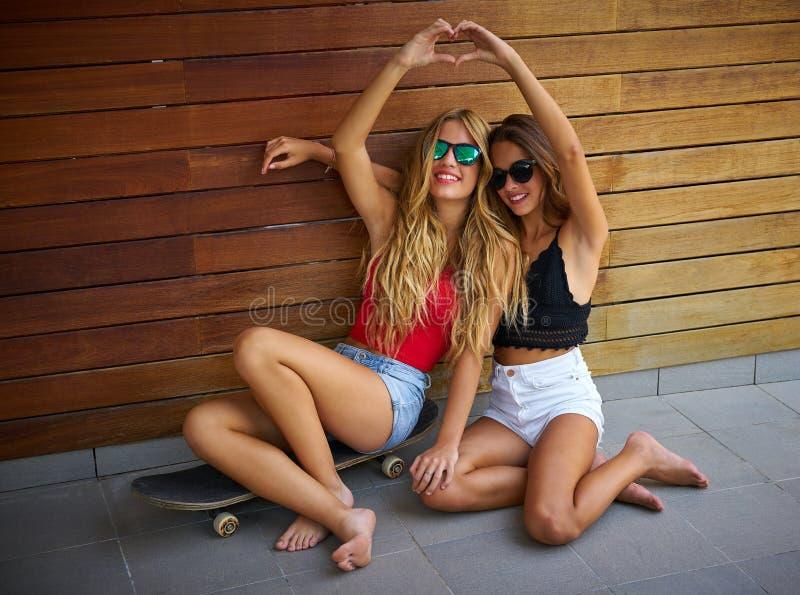 Ragazze teenager dei migliori amici sul divertiresi del pattino fotografia stock libera da diritti