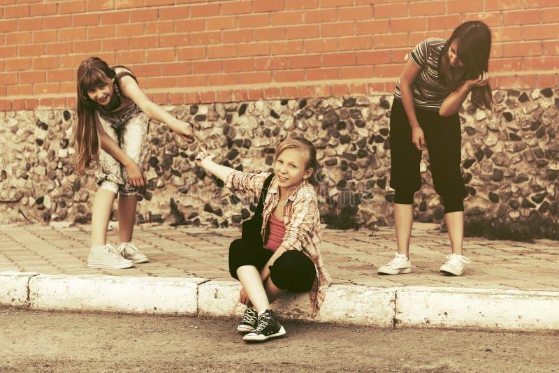 Ragazze teenager felici divertendosi in via della città fotografia stock libera da diritti
