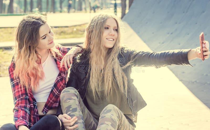 Ragazze teenager sorridenti allegre che prendono selfie fotografia stock libera da diritti