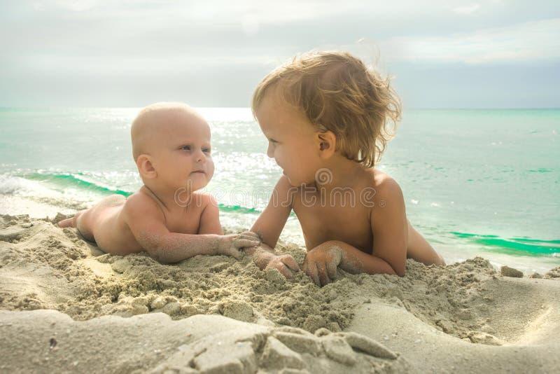 Download Ragazzi fotografia stock. Immagine di people, oceano - 117976270
