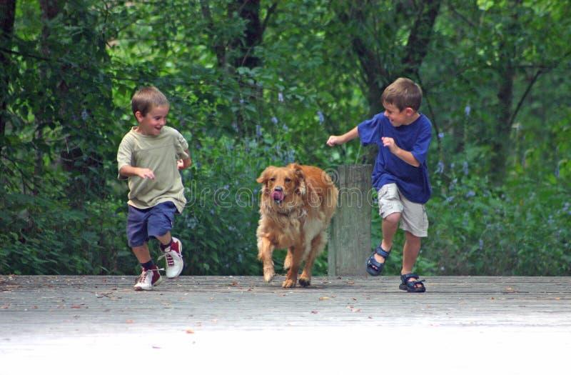 Ragazzi che corrono cane