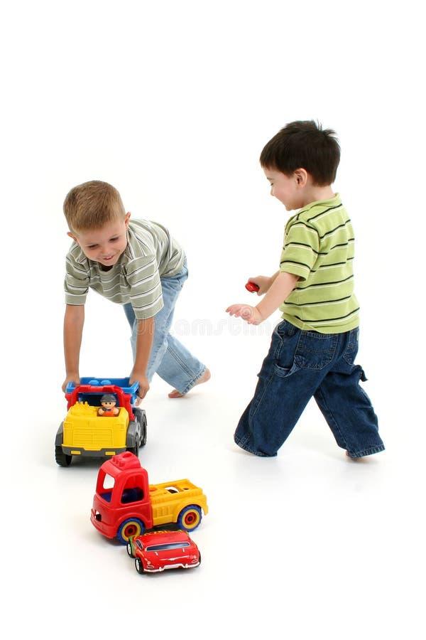 Ragazzi che giocano con le automobili ed i camion fotografia stock libera da diritti