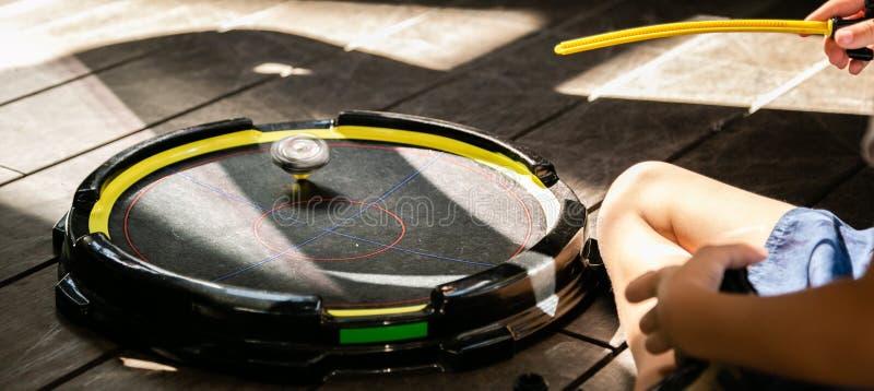 Ragazzi che giocano i beyblades in arena, ora legale immagine stock libera da diritti