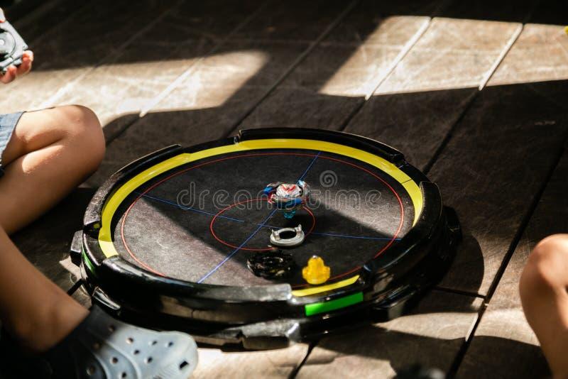Ragazzi che giocano i beyblades in arena, ora legale fotografia stock libera da diritti