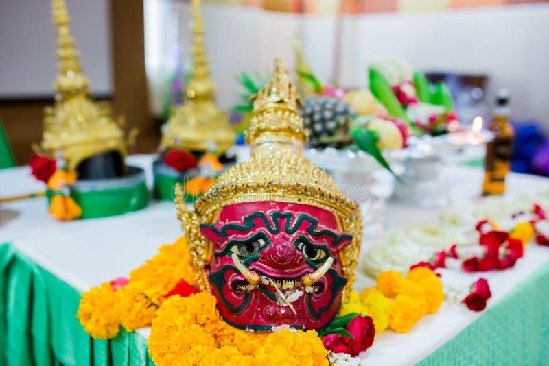 Ragazzi che mostrano pantomimo tailandese all'avvenimento annuale della scuola primaria, cultura Ramayana Ramakien, istituto univ fotografia stock