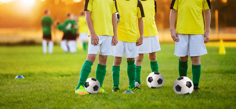 Ragazzi che preparano calcio Bambini che giocano a calcio in uno stadio immagini stock