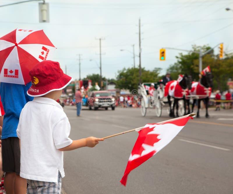 Ragazzi che woching una parata di giorno del Canada. Il Canada. fotografia stock