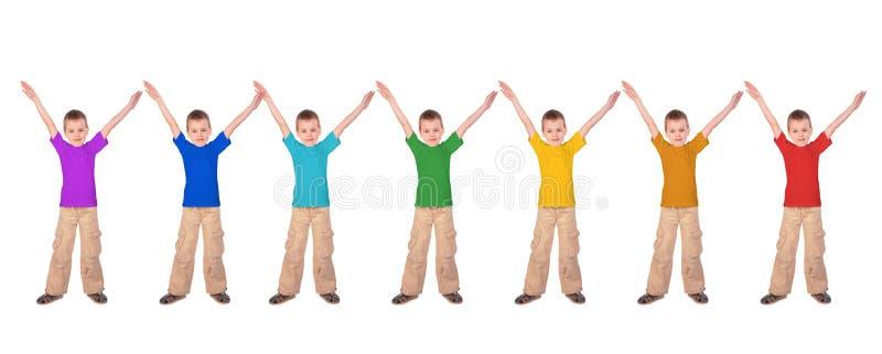 Ragazzi con le camice di sport di colore del Rainbow fotografia stock libera da diritti