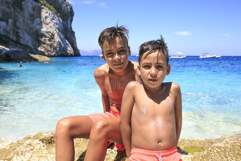 Ragazzi degli occhi verdi sulla spiaggia immagine stock libera da diritti