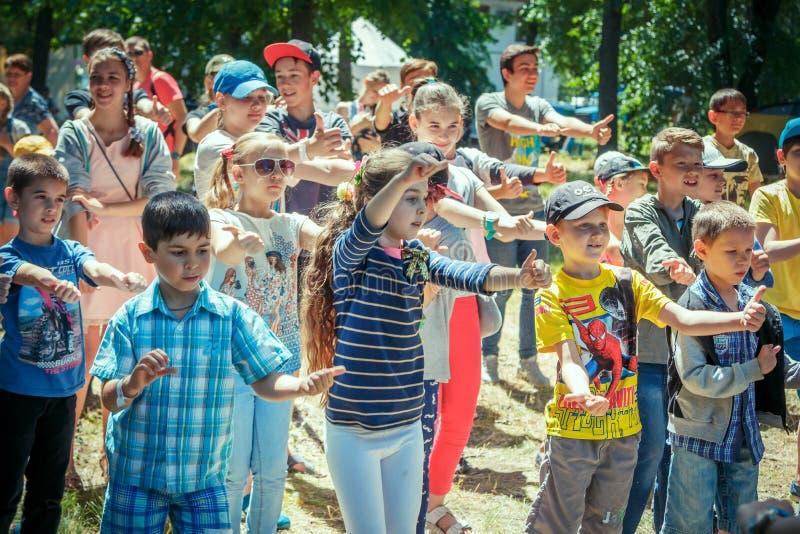 """Ragazzi e ragazze del †dei bambini """"che partecipano all'attività di dancing sul festival di carità della famiglia immagine stock"""
