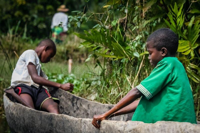 Ragazzi malgasci in una barca fotografia stock