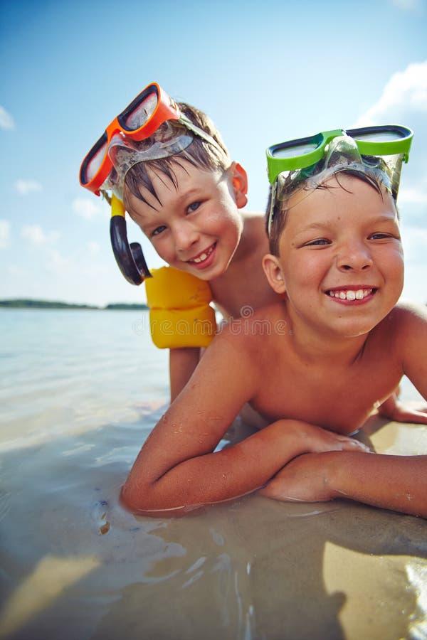 Ragazzi sulla spiaggia fotografia stock