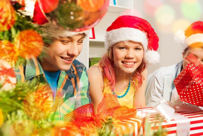 Ragazzi teenager e ragazze sulla festa di Natale fotografia stock