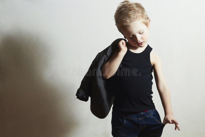 Ragazzino alla moda nei bambini di modo di scarf.stylish immagini stock